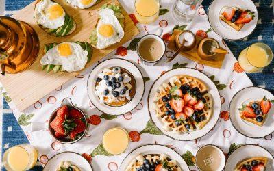 Table de petit-déjeuner remplie de recettes sucrées et healthy