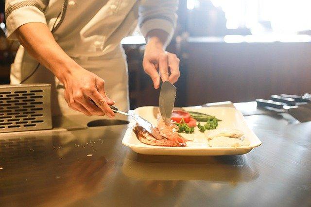 cours de cuisine avec un chef qui dresse une assiette